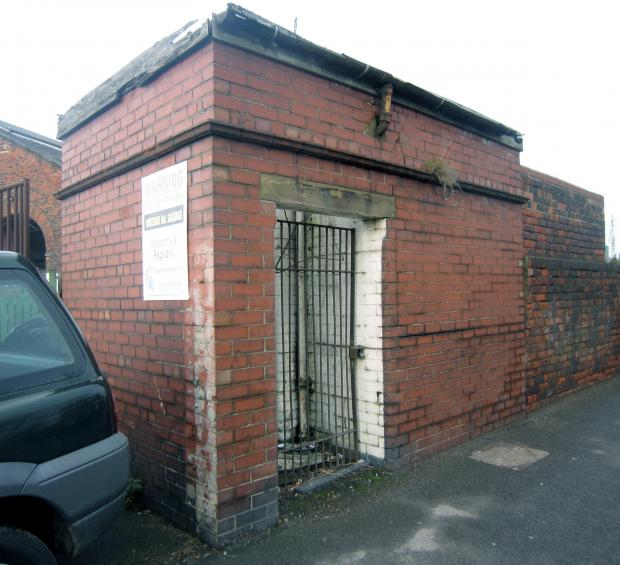 The Northern Echo: Tout ce qui reste des pubs et des ateliers de Whessoe Road, ce sont ces toilettes extérieures.  Bien qu'il semble être réservé aux hommes, il devrait certainement s'agir d'un bâtiment classé Grade II