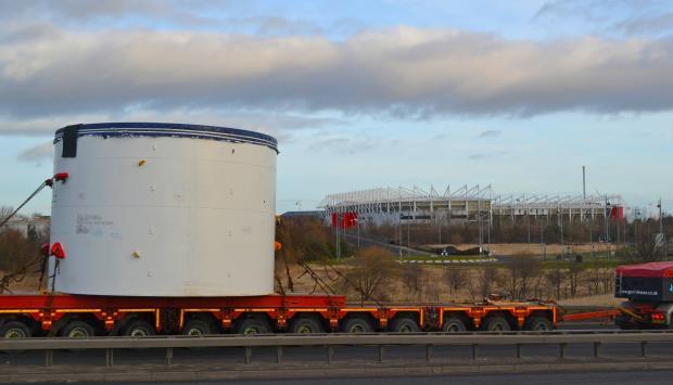 La máquina de 1,800 toneladas llega a Tees Dock para construir un túnel de 23 millas a Whitby
